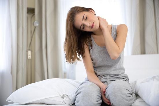 bị đau cổ, vai gáy sau khi ngủ dậy và cách khắc phục