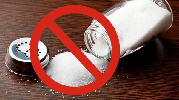 Bệnh suy thận cần ăn nhạt, không nên ăn muối