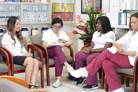 Sinh viên Đại học Nữ Texas ghé thăm nhà thuốc Hoa Đà tại Mỹ