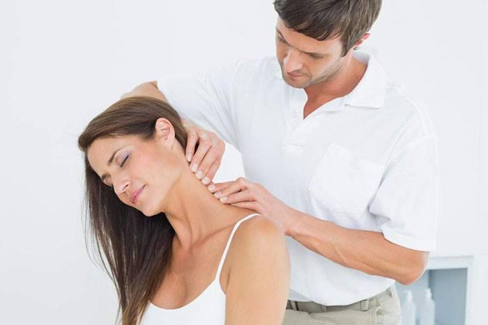 Xoa bóp nhẹ nhàng giúp chữa đau cổ sau khi ngủ dậy
